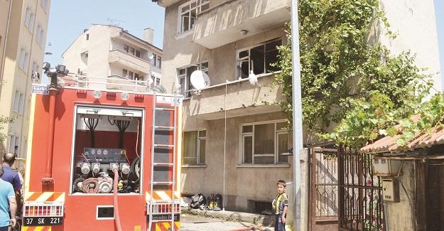Çöple dolu evde yangın çıktı; itfaiye ve polis alarma geçti