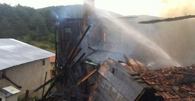 Kastamonu'da iki katlı ahşap ev yandı