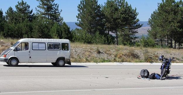 Motosikletli minibüse çarptı: 1 yaralı