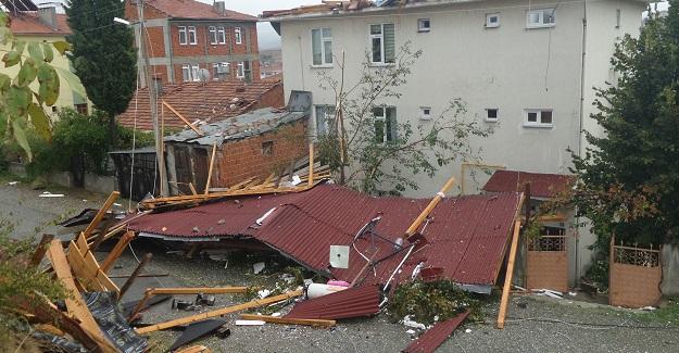 Fırtına evlerin çatısını uçurdu, 1 kişi yaralandı