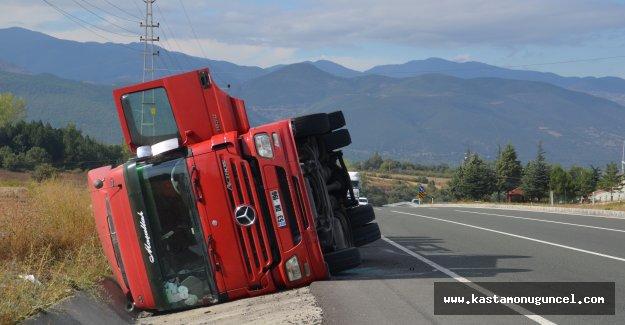 Kastamonu'da tır devrildi, sürücü yaralandı