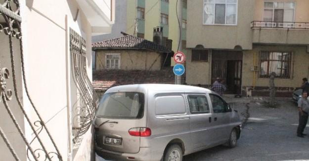 Minibüs doğalgaz kutusuna çarparak durdu