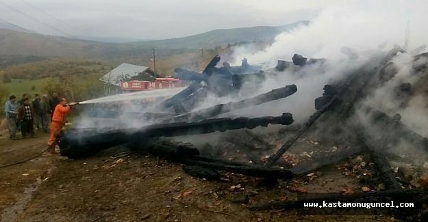 Kastamonu'da iki ahşap ev yandı