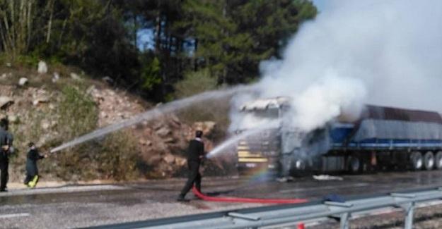 Kastamonu'da seyir halindeki TIR yandı