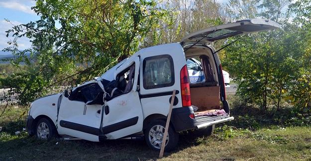 Yoldan çıkan kamyonet tarlaya uçtu: 1 ölü, 2 yaralı
