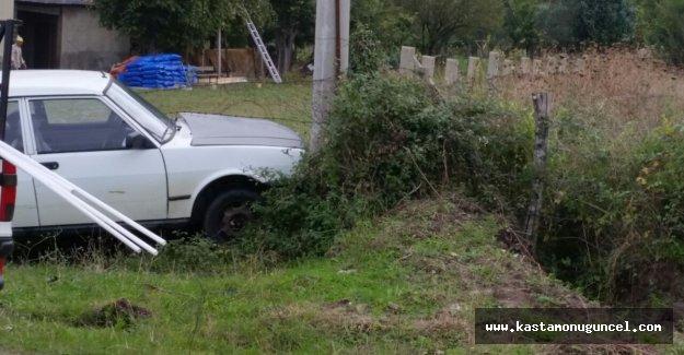 Yoldan çıkan otomobil, elektrik direğine çarptı