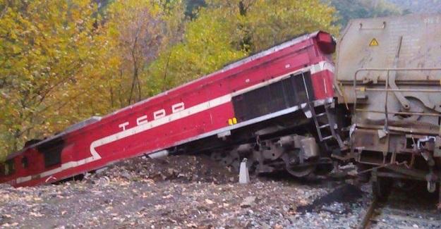 Kayalara çarpan yük treni raylardan çıktı
