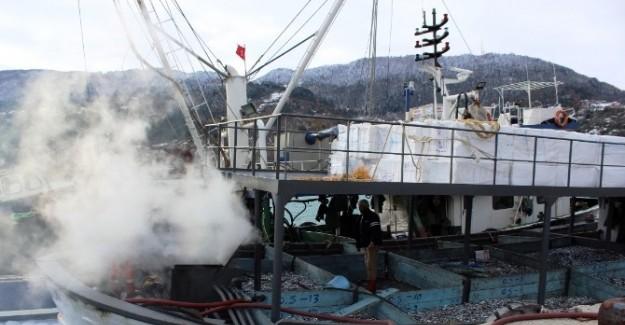 Açıkta avlanan teknede yangın çıktı