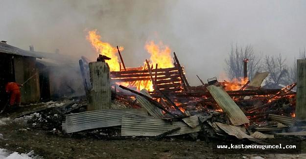 Ahşap bina yangında küle döndü
