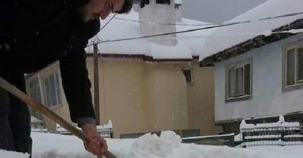 Cami imanı, kardan camiye gelemeyen cemaatin yollarını açıyor
