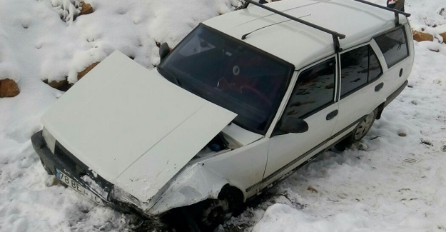 Karda kayan otomobil dereye uçtu: 2 yaralı