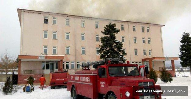 Kastamonu'da okul çatısında yangın çıktı