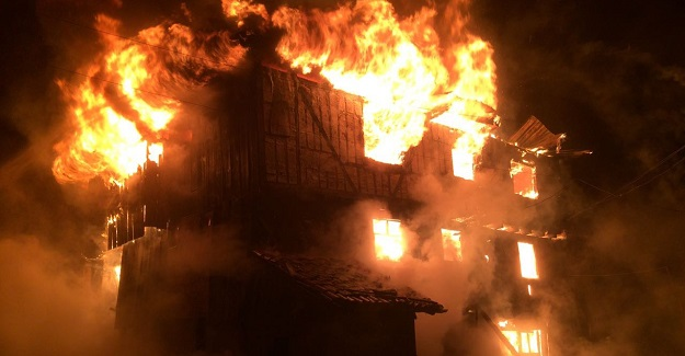 Kastamonu'da üç katlı ahşap bina tamamen yandı