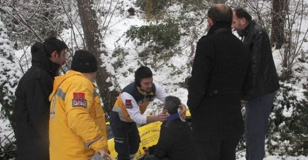 Ticari taksi dereye yuvarlandı: 3 yaralı