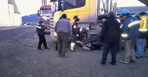 İki kamyonun arasında sıkışan şoför yaralandı