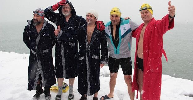 İnebolulu yüzücüler, Üsküdar'da kar altında denize girdi