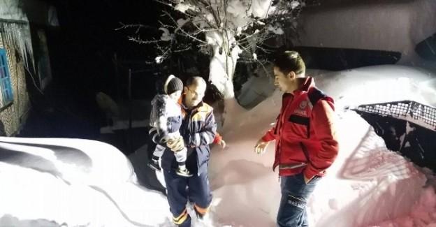 Karda mahsur kalan hasta bebeği AFAD ve UMKE kurtardı