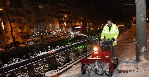 Belediye, karla mücadelesine devam ediyor