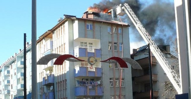 Kastamonu'da apartman çatısı alev alev yandı