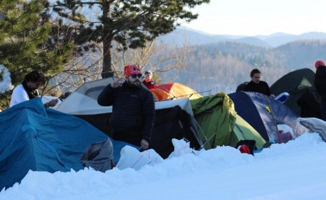 Yürüyüşçüler, kar üzerinde çadır kurdular