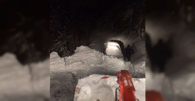 Karda mahsur kalan aile 4 saatte kurtarıldı
