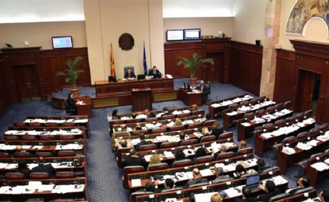 Makedonya'da meclis karıştı! Milletvekilleri rehin alındı!