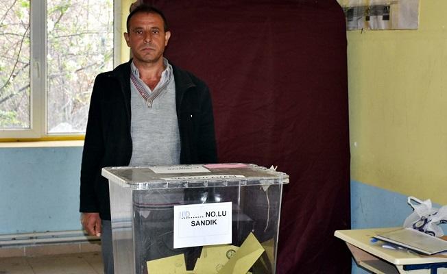 Tosya'da sabah evi yanan vatandaş koşarak oy kullanmaya gitti