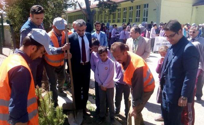 Öğrencilerin ağaç dikme kampanyasına yoğun ilgi
