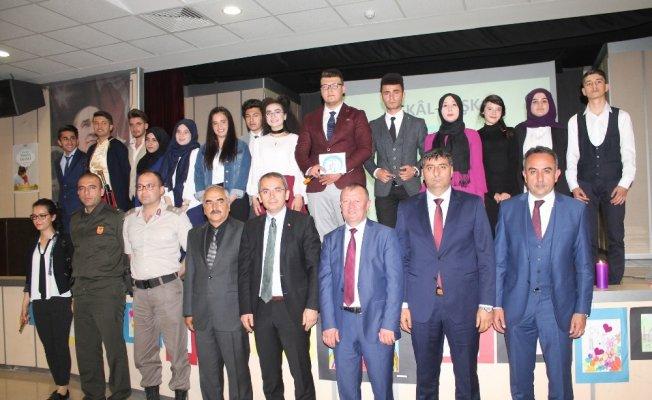 Tosya Cumhuriyet Anadolu Lisesinden Eşkali Aşk isimli şiir dinletisi