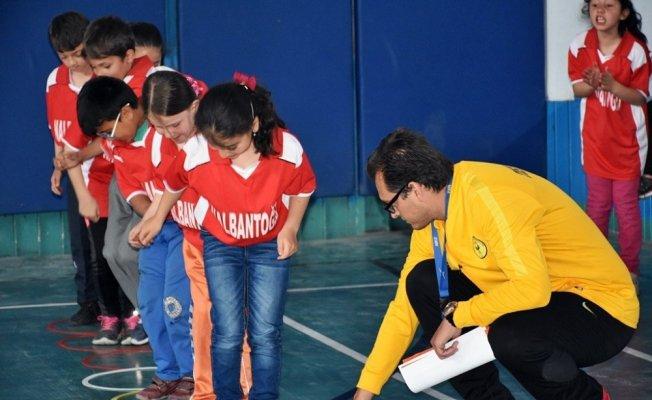 Tosya'da ilkokullar arası fiziksel etkinlik oyunları yarışması yapıldı