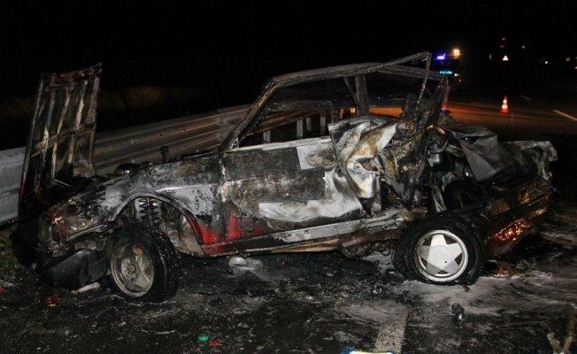 Kastamonu'da bariyerlere çarpan otomobil alev aldı