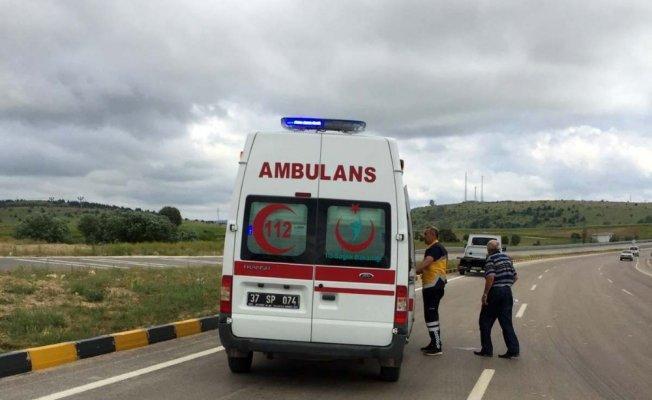 Kavşakta iki otomobil çarpıştı: 8 yaralı