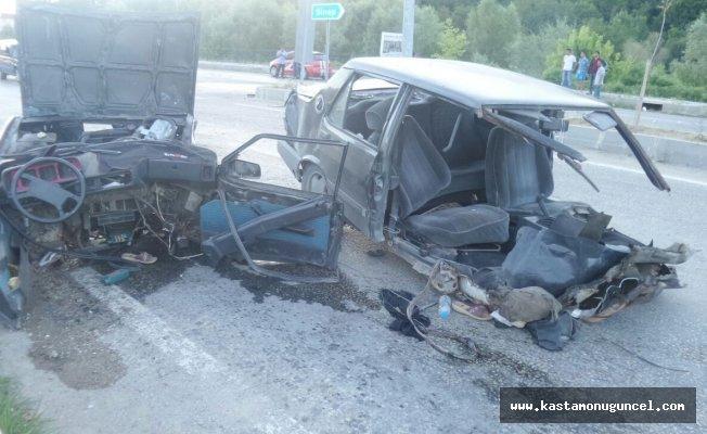 Erfelekteki kazada otomobil ikiye bölündü: 4 yaralı