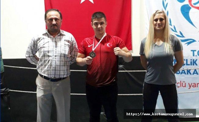 Milli Boksörümüz Kuşgözoğlu'ndan bronz madalya!