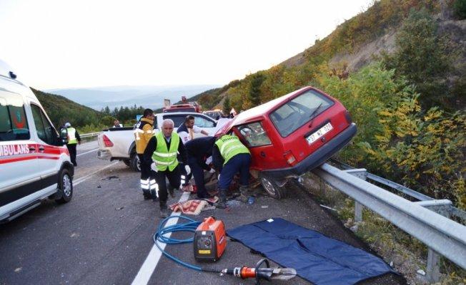 Otomobille kamyonet çarpıştı: 2 ölü, 1 yaralı