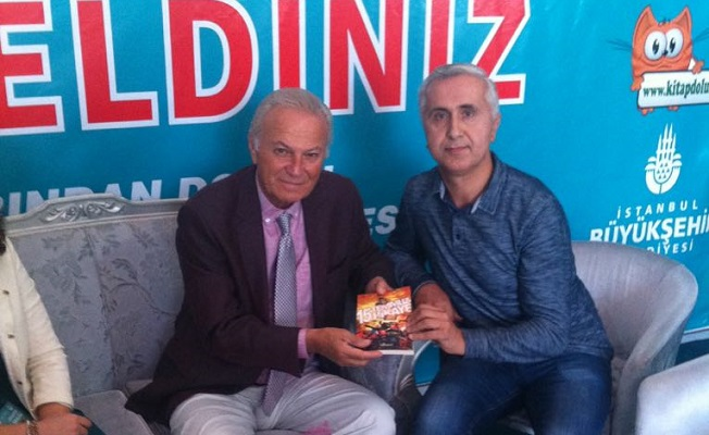 Yazar Karagöz, Ediz Hun'a kitap imzaladı