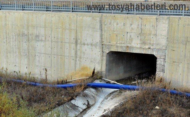 Tosya'da köylü vatandaşlar su borusuna isyan etti