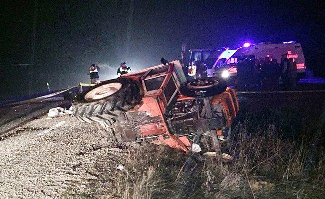 Minibüs ile traktör çarpıştı: 1 ölü, 2 yaralı