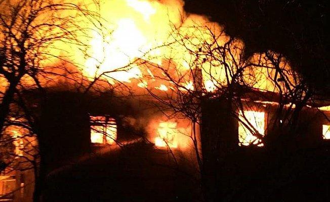 Şömineden çıkan yangın, iki katlı evi küle çevirdi